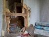 Hylätty Nalle venäläisessä talossa: olohuone ja pieni keittiö.i.