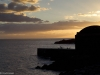 Kalastajia aallonmurtajalla auringonlaskun aikaan, Funchal, Madeira.