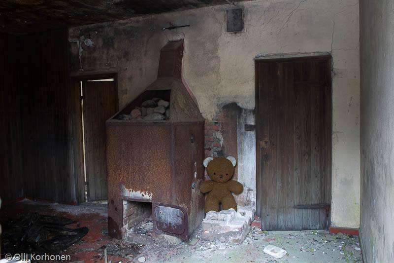 Hylätty Nalle ja aution kivitalon alakerran yhteinen sauna..