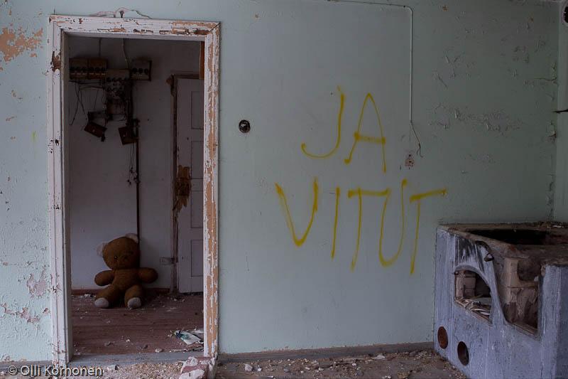Hylätty Nalle ja aution kivitalon yläkerran graffiti.