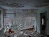Hylätty Nalle ja aution kivitalon yläkerran romahtanut keittiö..
