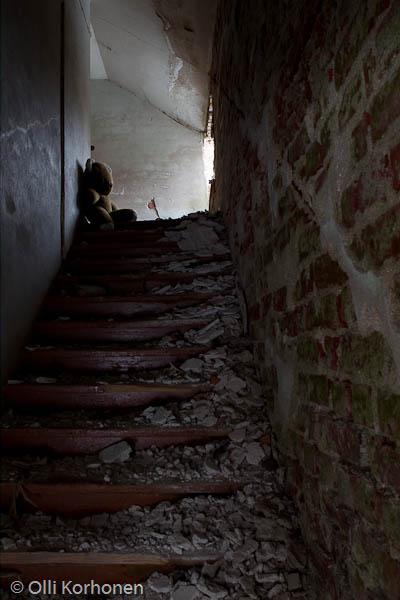 Nalle ja kivitalon vaaralliset portaat.