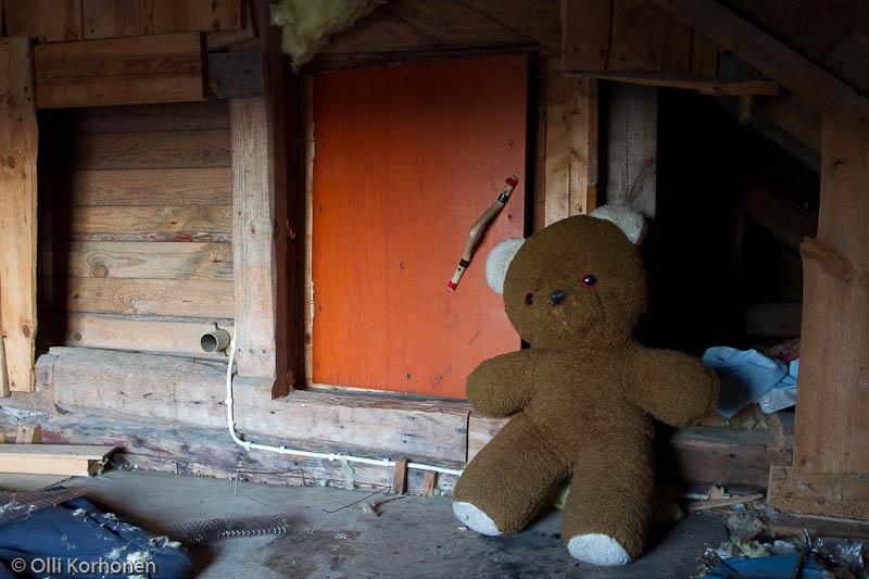 Hylätty Nalle ja aution talon vintin salaperäinen luukku.