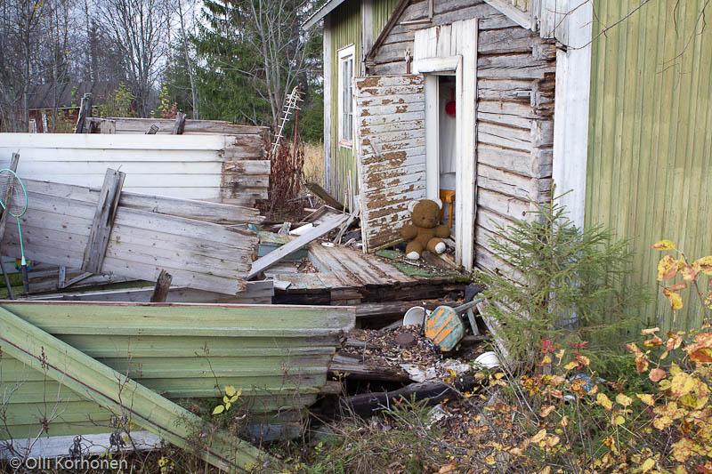 Kuva 22: Nalle ja hylätty maatalo.
