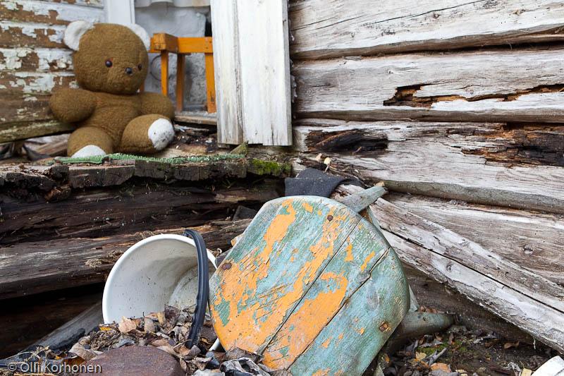 Kuva 23: Hylätty Nalle aution talon portailla.