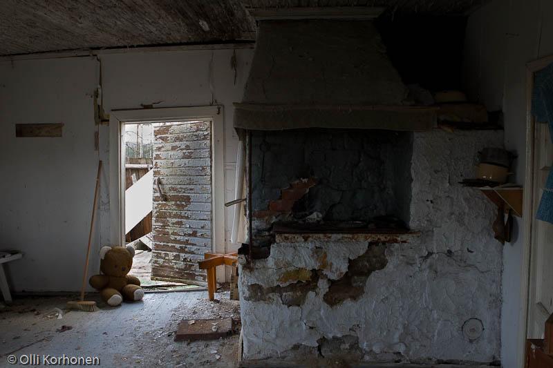 Kuva 24: Hylätty Nalle aution talon tuvassa.