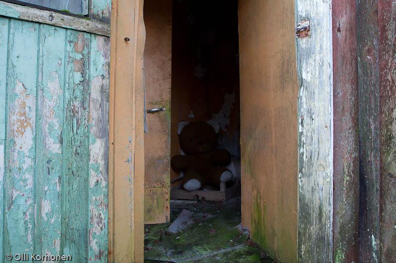Nalle ja aution talon saunan sisäänkäynti.