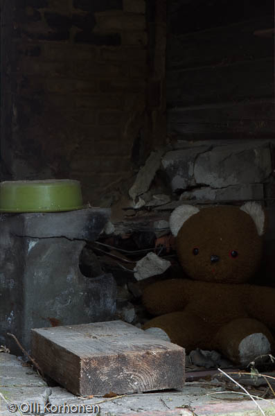Hylätty Nalle autiotalon saunan pesuhuoneessa.