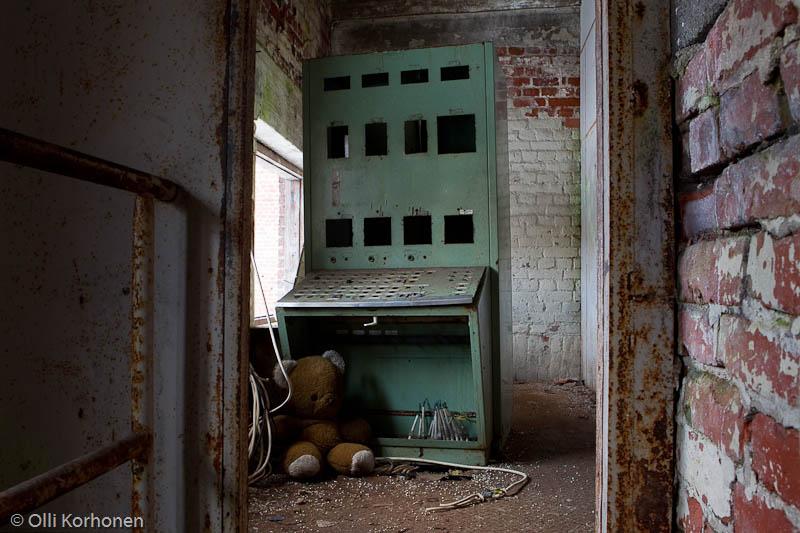 Hylätty Nalle rullatehtaan kattilahuoneen yläkerrassa.