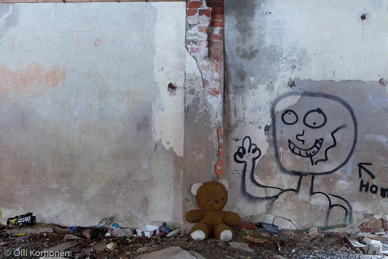 Hylätty Nalle aution vanhan tehtaan alakerrassa.