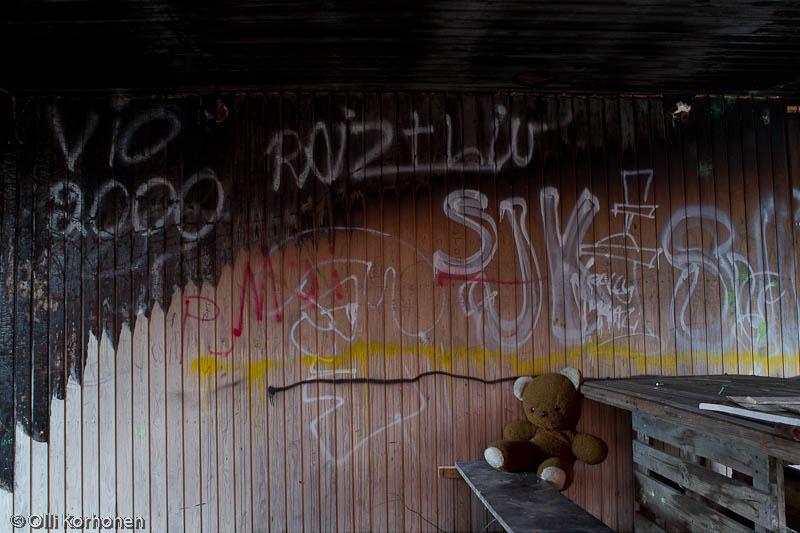Hylätty Nalle aution vanhan tehtaan palaneessa huoneessa..