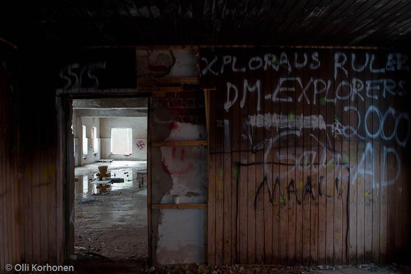 Hylätty Nalle aution vanhan tehtaan yläkerrassa.