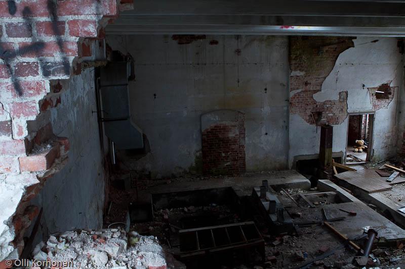 Hylätty Nalle aution vanhan osin sortunut tehdassali.