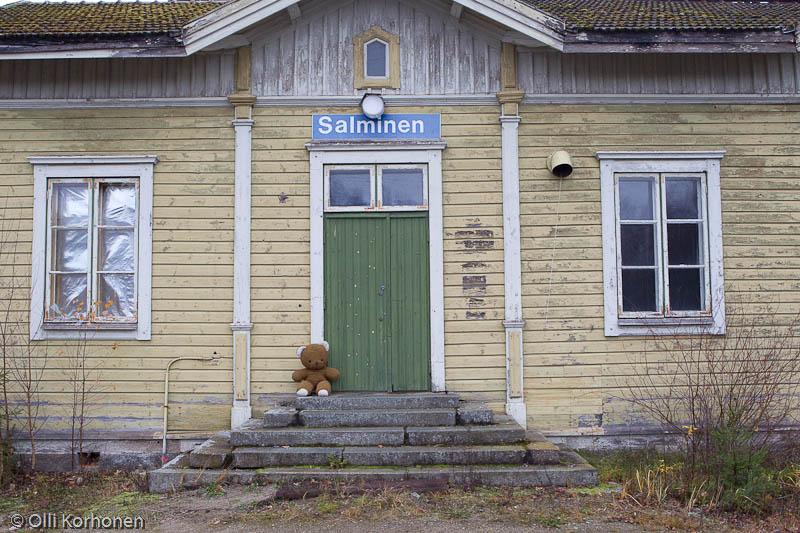 Nalle odottaa junaa Salmisen hylätyllä asemalla.