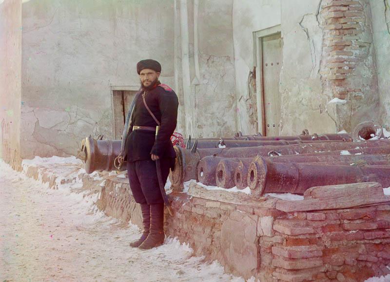 Palatsin vartiomies ja vanhoja tykkejä, Bukahra.