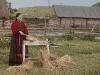Talonpoikaisnainen loukuttaa pellavaa Permin alueella.