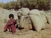 Turkmenialainen mies kamelinsa kanssa.