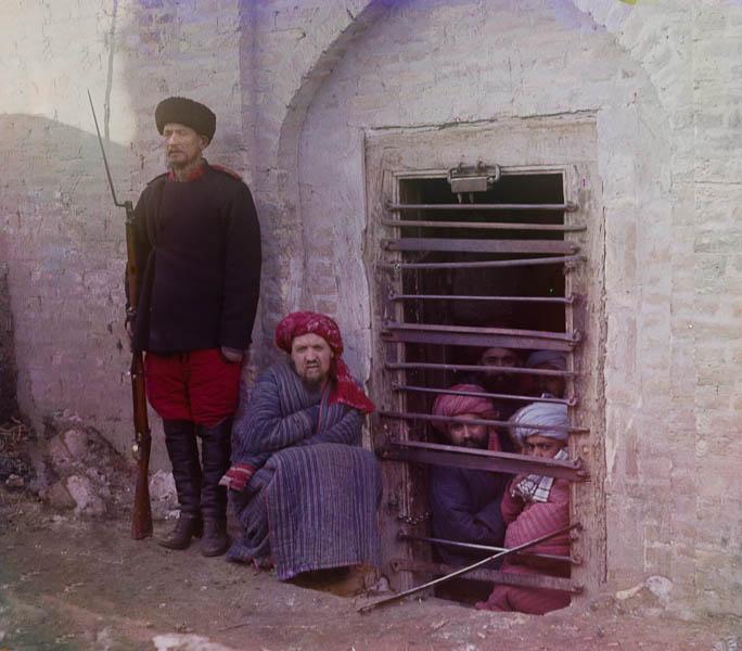 Vangit katselevat ulos kalterien lävitse, Keski-Aasia.