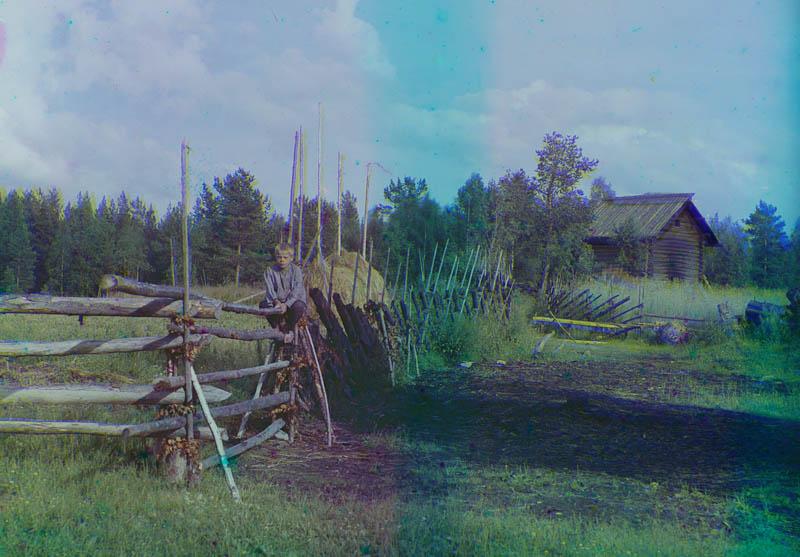 Nuori poika istuu riukuaidalla, Suunujoki