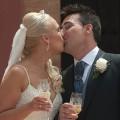 Espanjalainen hääpari suutelee.