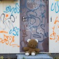 Hylätty Nalle ja sähkömuuntajan graffitit