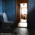 Hylätty Nalle ja autiotalon sininen wc.