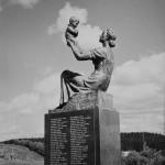 Kajaani, Kaupunginlampi, Kajaani Oy:n Sankarivainajien muistomerkki, 1960-luku, valokuvausliike Hynninen