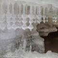 Erikoisia jääpuikkoja jääluolan luolan katossa