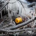 Jäätynyt pieni sanko jääpuikkojen keskellä.