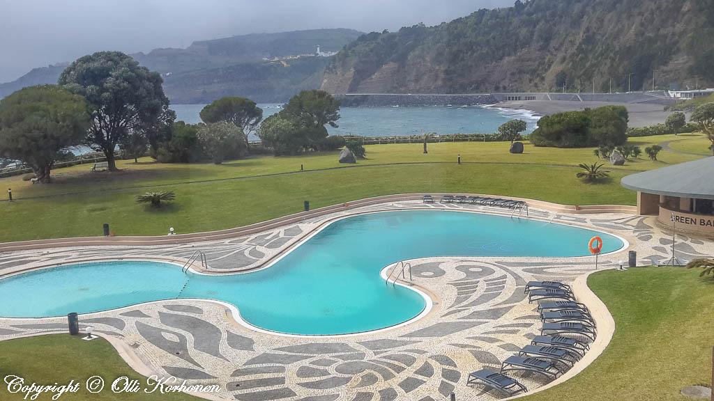 Pestana Bahia Praia-hotelli sijaitsee aivan Atlantin rannalla..