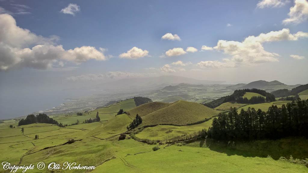 Azorien maisema om monin paikoin hyvin kumpuilevaa.
